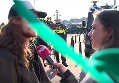 Powned laat zien dat Pegida en Antifa demonstraties werken met ingehuurd publiek