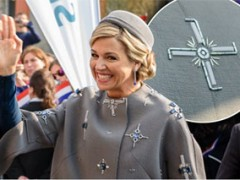 Detail kecil pada mantel Ratu Maxima: swastika
