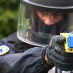 Vuurwerkgeweld tegen politie en hulpverleners? Tasers, bodycams en verbod op zwaar vuurwerk!