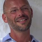 Земята е въпрос на Арян Бос в помощ в организация с междинен директор?